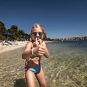 Medulin 2015 07 11 Kroatien<br /> Beach mellan Pula och Medulin<br /> Flicka i vattnet<br /> ----<br /> FOTO : JOACHIM NYWALL KOD 0708840825_1<br /> COPYRIGHT JOACHIM NYWALL<br /> <br /> ***BETALBILD***<br /> Redovisas till <br /> NYWALL MEDIA AB<br /> Strandgatan 30<br /> 461 31 Trollh&auml;ttan<br /> Prislista enl BLF , om inget annat avtalas.
