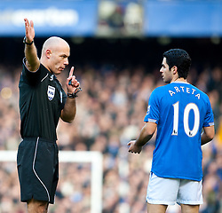 20.02.2010, Goodison Park, Liverpool, ENG, PL, Everton FC vs Manchester United, im Bild Everton's Mikel Arteta und Schiedsrichter Howard Webb, EXPA Pictures © 2010 for Austria, Croatia and Germany only, Photographer EXPA / Propaganda / David Rawcliffe / for Slovenia SPORTIDA PHOTO AGENCY.