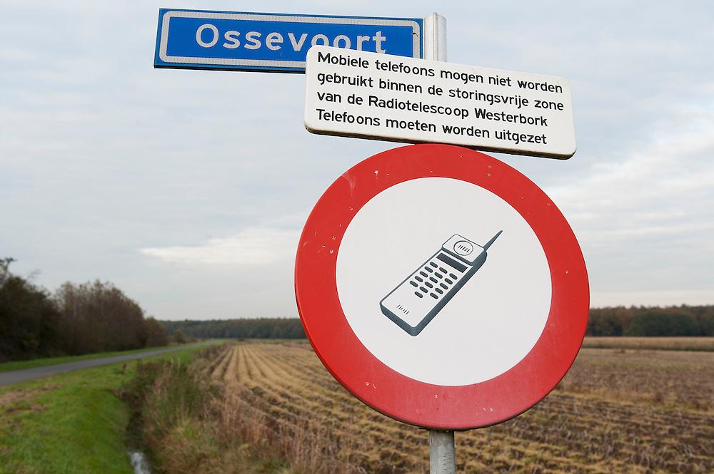 Nederland, Westerbork, 19 okt  2011.Mobiele telefoons mogen niet gebruikt worden in de nabijheid van de radiotelescopen van Westerbork, want die storen het signaal uit de ruimte. Verboden mobiele telefoons aan te hebben staan..Foto(c): Michiel Wijnbergh