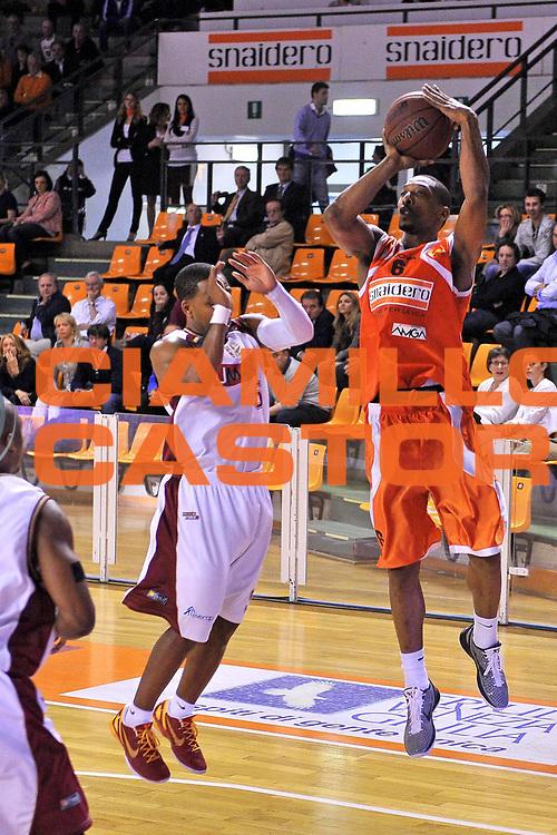 DESCRIZIONE : Udine Lega A2 2010-11 Snaidero Udine Umana Venezia<br /> GIOCATORE : Clint Cotis Harrison<br /> SQUADRA : Snaidero Udine<br /> EVENTO : Campionato Lega A2 2010-2011<br /> GARA : Snaidero Udine Umana Venezia<br /> DATA : 17/04/2011<br /> CATEGORIA : Tiro<br /> SPORT : Pallacanestro <br /> AUTORE : Agenzia Ciamillo-Castoria/S.Ferraro<br /> Galleria : Lega Basket A2 2010-2011 <br /> Fotonotizia : Udine Lega A2 2010-11 Snaidero Udine Assigeco Umana Venezia<br /> Predefinita :