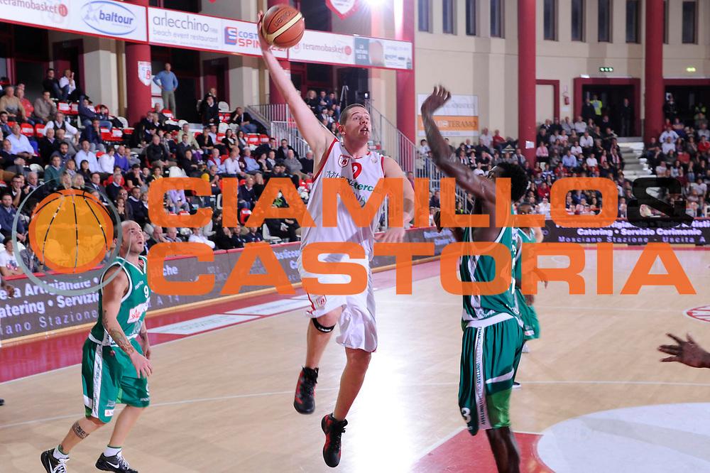 DESCRIZIONE : Teramo Lega A 2011-12 Bancatercas Teramo Sidigas Avellino<br /> GIOCATORE : Valerio Amoroso<br /> CATEGORIA : tiro penetrazione<br /> SQUADRA : Bancatercas Teramo<br /> EVENTO : Campionato Lega A 2011-2012<br /> GARA : Bancatercas Teramo Sidigas Avellino<br /> DATA : 30/10/2011<br /> SPORT : Pallacanestro<br /> AUTORE : Agenzia Ciamillo-Castoria/C.De Massis<br /> Galleria : Lega Basket A 2011-2012<br /> Fotonotizia : Teramo Lega A 2011-12 Bancatercas Teramo Sidigas Avellino<br /> Predefinita :