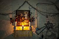 Petits autels votifs dresses partout en ville, temoignages concrets de la ferveur religieuse des Napolitains, qui veulent croire, voir et également toucher. <br /> <br /> Naples fut d'abord fondee au cours du viiesiecle avant notre ere sous le nom de Parthenope par la colonie grecque de Cumes. <br /> Ce premier etablissement fut appele Palaiopolis (la ville ancienne). <br /> Lorsqu'une seconde ville fut fondee vers 500 avant notre ere par de nouveaux colons, cette nouvelle fondation fut appelee Neapolis (nouvelle ville).<br /> Alliee de Rome au ivesiecle av.J.-C., la ville conserve longtemps sa culture grecque et restera la ville la plus peuplee de la botte italique et sans aucun doute sa veritable capitale culturelle.<br /> Elle remplaça Capoue comme capitale de la Campanie apres la bataille de Zama, a la suite de la confiscation de citoyennete et des territoires de cette derniere, par son alliance avec Hannibal avant la bataille de Cannes.<br /> Naples possede ainsi l'une des plus grandes concentrations au monde de ressources culturelles et de monuments historiques, jalonnant 2800 ans d'histoire. <br /> Dans le centre historique, inscrit sur la liste du patrimoine mondial de l'Unesco, se rencontrent notamment 448 eglises historiques ainsi que d'innombrables palais historiques, fontaines, vestiges antiques, villas, residences royales.