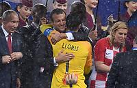 FUSSBALL  WM 2018  FINALE  ------- Frankreich - Kroatien    15.07.2018 Praesident Emmanuel Macron herzt Torwart Hugo Lloris (beide Frankreich)