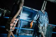 Burmese crewman on a Thai fishing trawler coming back into port in Mahachai. The Thai fishing industry is heavily reliant on Burmese and Cambodian migrants. Burmese migrants crew many of the fishing boats that sail out of Samut Sakhon and staff many of the fish processing plants in Samut Sakhon, about 45 miles south of Bangkok.                      Birman sur un chalutier de pêche thaïlandais rentrant au port de Mahachai. L'industrie thaïlandaise de la pêche dépend fortement des migrants birmans et cambodgiens. Les migrants birmans équipent de nombreux bateaux de pêche qui partent de Samut Sakhon et travaillent dans de nombreuses usines de transformation du poisson à Samut Sakhon, à environ 45 miles au sud de Bangkok.