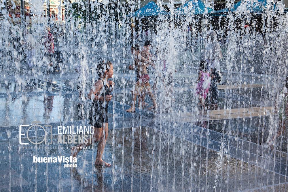 Emiliano Albensi<br /> Australia<br /> <br /> Perth &egrave; l'unica capitale australiana sull'Oceano Indiano, dove abbonda l'ispirazione. Una citt&agrave; in continuo movimento, dotata di passione per il passato ed energia per il futuro.<br /> <br /> A Perth si possono scoprire i locali e i negozi all'ultima moda di Wolf Lane, le spiagge assolate, immergersi nel verde di Kings Park, uno dei pi&ugrave; grandi parchi urbani del mondo, e ammirare lo skyline della citt&agrave;. Ma anche perdersi tra scintillanti grattacieli, eccentrici quartieri e una splendida architettura coloniale. <br /> <br /> Perth is the only Australian capital on the Indian Ocean , plenty of inspiration . A city on the move , with a passion for the past and energy for the future .<br /> <br /> In Perth you can find the fashion shops and clubs of Wolf Lane and sunny beaches as well as you can immerse yourself in the green of Kings Park , one of the largest urban parks in the world from where you can admire the city skyline . But you can also get lost in the gleaming skyscrapers , quirky neighborhoods and stunning colonial architecture