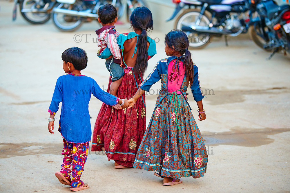Inde, Gujarat, Kutch, village de Dhrang, population Ahir, soeur // India, Gujarat, Kutch, Dhrang village, Ahir ethnic group, sister