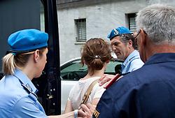 """24.06.2011, Grenzübergang, Thoerl Maglern, ITA, Wiener Betonleichen Morde. Italienische Polizeieinheiten haben am 10.06.2010 die gesuchte Eissalonbesitzerin Goidsargi Estibaliz C. im Ortszentrum von Udine, Italien, verhaftet. Demnach wurde die 32-Jährige Chefin des Eissalon """"Schleckeria""""  von mobilen Einheiten in der Nähe des Bahnhofs gestellt. Gegen Goidsargi Estibaliz C. bestand nach dem Fund von Teilen zweier einbetonierter Leichen in ihrem Kellerabteil in Wien Meidling ein EU-Haftbefehl. Verdächtigt wurde die gebürtige Spanierin, nachdem diese nach der Entdeckung der Leichen anfangs dieser Woche die Flucht ergriffen hatte. Eine der Leichen ist ihr vermisster Ex-Freund Manfred H. Vom zweiten Toten wurde bisher nur der Kopf gefunden, es dürfte sich dabei um ihren deutschen Ex-Ehemann Manfred H. handeln. Nachdem am Fr. 17.06.2011 das zuständige Untersuchungsgericht die Auslieferung der Frau nach Österreich beschlossen hat, wird Goidsargi Estibaliz C. heute durch italienische Beamte von der Justizanstalt Triest zum Grenzübergang Thörl Maglern überstellt und dort an die österreichischen Behörden übergeben. Hier im Bild Goidsargi Estibaliz C. steigt aus dem Uberstellungsfahrzeug der italienischen Justizbehörden. Für die unter Mordverdacht stehende Goidsargi Estibaliz C., gilt die Unschuldsvermutung! EXPA Pictures © 2011, PhotoCredit: EXPA/ J. Groder"""
