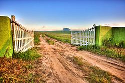 Nascer do sol em porteira de fazenda. FOTO: Jefferson Bernardes/Preview.com