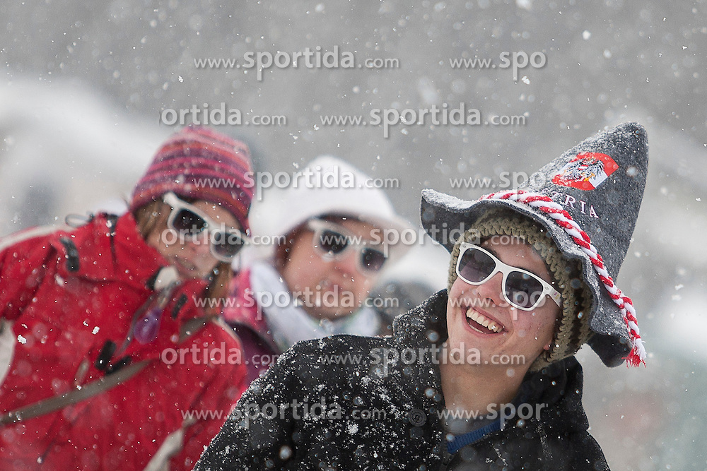 13.01.2012, Kulm, Bad Mitterndorf, AUT, FIS Ski Flug Weltcup, Probesprung, im Bild Fans im dichten Schneefall // Fans in heavy snowfall during the qualification of FIS Ski Flying World Cup at the 'Kulm', Bad Mitterndorf, Austria on 2012/01/13, EXPA Pictures © 2012, PhotoCredit: EXPA/ Erwin Scheriau
