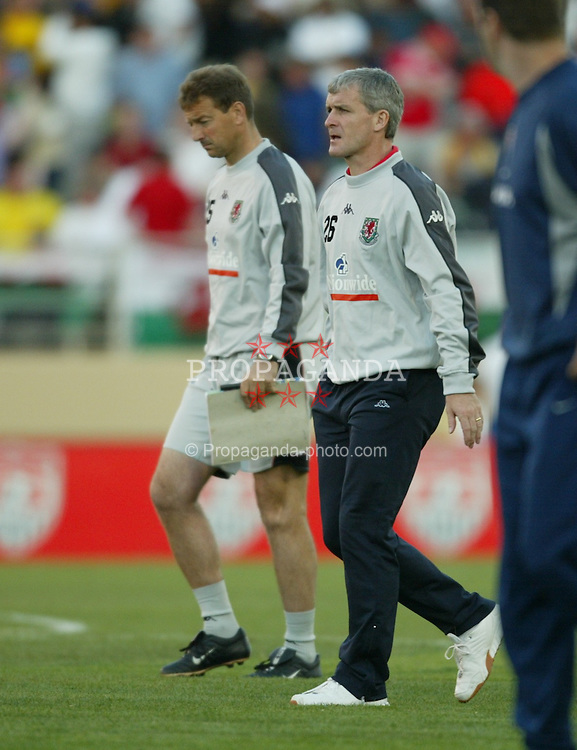 SAN JOSE, USA - Tuesday, May 27, 2003: Wales' manager Mark Hughes walks off the field dejected after losing 2-0 to USA during the Friendly International match at the Spartan Stadium. (Pic by David Rawcliffe/Propaganda)