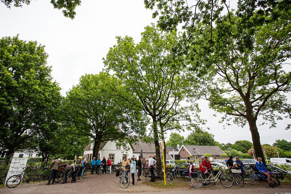 De deelnemers staan klaar voor vertrek. Bij Utrecht wordt de tandemtocht gehouden. De tocht werd van 1975 tot 1982 jaarlijks gehouden en was in die tijd een groots succes. Organisator Herbert Kuner, een expert in oude fietsen, wil het nu nieuw leven inblazen. In totaal rijden dit jaar vijftien tandems mee. Tijdens de route van 40km rondom Utrecht hoeven de fietsers slechts zes verkeerslichten te passeren.<br /> <br /> In Utrecht, the tandem tour is held. The tour was held annually from 1975 to 1982 and at that time was a grand success. Organizer Herbert Kuner, an expert in old bikes, wants to restart the tradition. In total this season, with fifteen tandems. During the route of 40km around and Utrecht cyclists passing only six traffic lights.