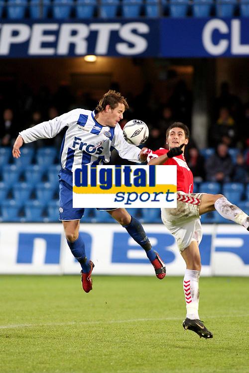 Esbjergs Kristian Onstad (t.v.) og Issey Nakajima-Farran (t.h.) fra Vejle kæmpede om bolden søndag, da Esbjerg mødte Vejle i SAS Ligaen. (Niels Husted / POLFOTO)