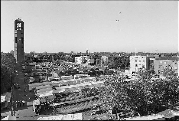 Nederland, Emmeloord, 15-9-1985Zicht op het centrum van deze nieuwe stad in het polderland.Het is markt bij de Poldertoren.Foto: Flip Franssen/Hollandse Hoogte