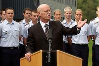 17 AUG 2004, APPEN/GERMANY:<br /> Peter Struck, SPD, Bundesverteidigungsminister, haelt eine kurze Rede, zu Beginn seines Besuches der Unteroffiziersschule der Luftwaffe<br /> IMAGE: 20040817-01-001<br /> KEYWORDS: Truppenbesuch, Besuch, speech
