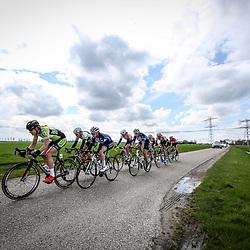 16-04-2016: Wielrennen: IJsseldelta Topcompetitie vrouwen: Zwolle<br />ZWOLLE (NED) wielrennen <br />Wind was in deze editie de grootste tegenstanders van de vrouwen.<br />Kopgroep in de polder met Hollandse luchten