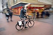 Nederland, Nijmegen, 5-12-2017Fietsers overtreden het fietsverbod in de binnenstad. Broerstraat kruising Pauwelstraat/Plein44Foto: Flip Franssendgfoto de gelderlander editie nijmegen183109