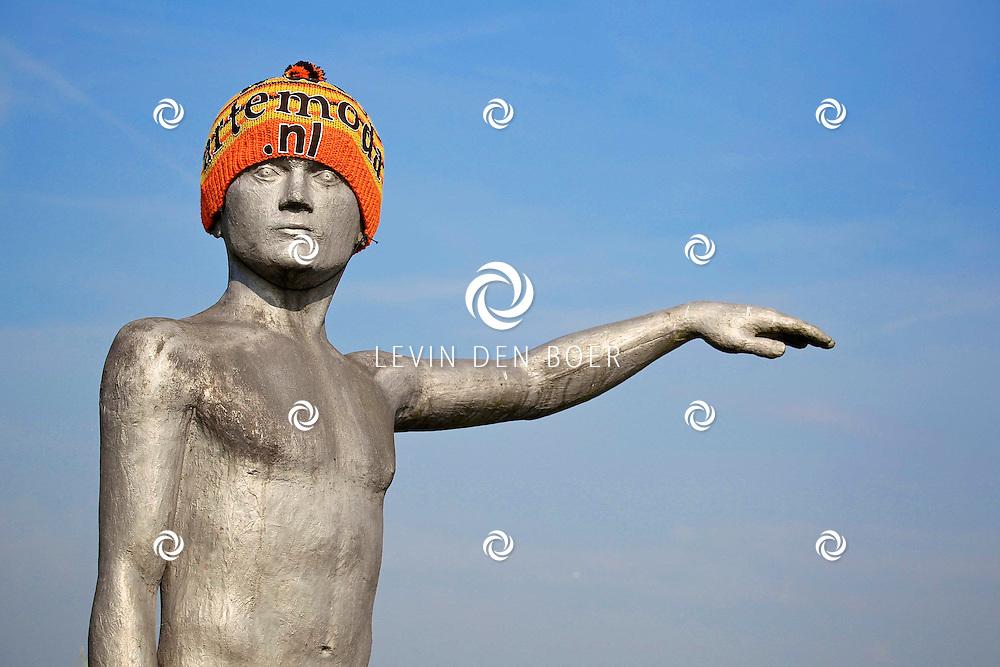 ZALTBOMMEL - Het waterstandbeeld van Marcel Smink heeft een mooie muts gekregen. FOTO LEVIN DEN BOER - PERSFOTO.NU