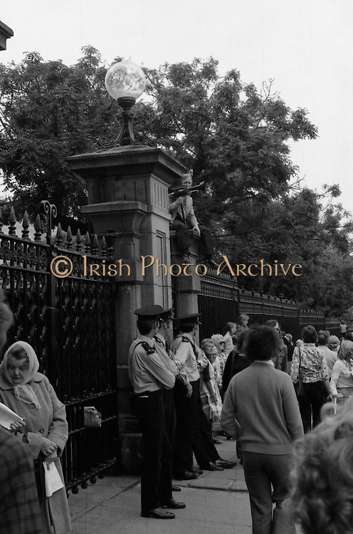 Women's Peace March In Dublin  (K50)..1976..28.08.1976..08.28.1976..28th August 1976..As part of the Peace Movement, set up by Ms Betty Williams and Ms Mairead Maguire in Northern Ireland, a march was organised for Dublin. Thousands of women took part in the march from St Stephen's Green, Dublin to the seat of government in Leinster House on Merrion Square, Dublin, to protest the continuing violence within the country..Image of relaxed gardai awaiting the arrival of the main body of the Peace March at Government Buildings.