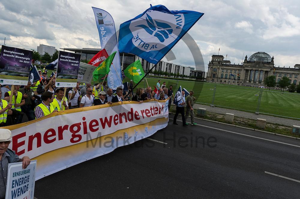 Die Klima Demonstration l&auml;uft am 02.06.2016 in Berlin, Deutschland vor dem Bundestag. Mehrere Tausend Menschen gingen unter dem Motto: &quot;Energiewende retten! Arbeit sichern! Klimaschutz durchsetzen, EEG verteidigen!&quot; auf die Stra&szlig;e um f&uuml;r den Klimawandel und gegen eine &Auml;nderung des Erneuerbare Energien Gesetz zu demonstrieren. Foto: Markus Heine / heineimaging<br /> <br /> ------------------------------<br /> <br /> Ver&ouml;ffentlichung nur mit Fotografennennung, sowie gegen Honorar und Belegexemplar.<br /> <br /> Bankverbindung:<br /> IBAN: DE65660908000004437497<br /> BIC CODE: GENODE61BBB<br /> Badische Beamten Bank Karlsruhe<br /> <br /> USt-IdNr: DE291853306<br /> <br /> Please note:<br /> All rights reserved! Don't publish without copyright!<br /> <br /> Stand: 06.2016<br /> <br /> ------------------------------