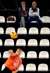 05-10-2013 VOLLEYBAL: WK KWALIFICATIE MANNEN OEKRAINE - NEDERLAND: ALMERE<br /> Riet Ooms, member of CEV kijkt samen met haar partner naar de wedstrijd.<br /> &copy;2013-FotoHoogendoorn.nl