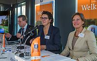 UTRECHT -  aftredend president, Willem Zelsmann, met Caroline Huyskes en Marise Blom.     Algemene Ledenvergadering van de Nederlandse Golf Federatie NGF.   COPYRIGHT KOEN SUYK