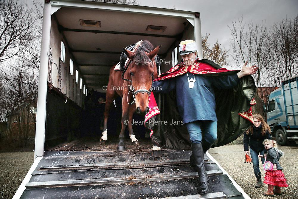 Nederland, Gevenbricht, 9 februari 2016.<br /> Voorbereidingen voor het volksfeest Ganstrekken in Grevenbicht.<br /> Eerst worden er ganzen getekend op de gezichten van de dorpsbewoners.<br /> Op de foto: De paarden arriveren in Grevenbicht.<br /> <br /> Preparations for Ganstrekken or Goose pulling  using a dead goose as part of the traditional Shrove Tuesday celebrations. On this photo the horses arrive in Grevenbicht.<br /> <br /> Foto: Jean-Pierre Jans