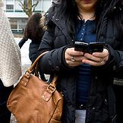 Nederland Rotterdam  4 februari 2009 20090204 Foto: David Rozing.Jeugd met mobieltjes.Foto: David Rozing