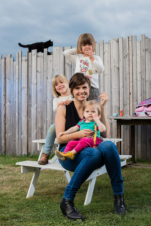 20160919 EKEREN Belgium Marianne Devriese actress poses in her garden with her three girls Pippa (1 y) Ava (3,5 y) and Lina (6 y) pict FRANK ABBELOOS