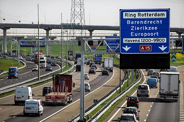 Nederland, Rotterdam, 7-5-2008Verkeersdrukte op de snelwegen aan de zuidkant van Rotterdam. Borden van de ANWB. Richtingborden A15 Europoort, ring, Ridderkerk.Foto: Flip Franssen/Hollandse Hoogte