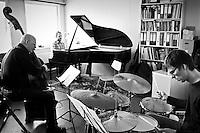 Frá æfingu jazztríó Árna Heiðars (vinnuheiti DIM 41). Árni Heiðar Karlsson, píanó, Gunnar Hrafnsson, kontrabassa.og Matthías Hemstock, trommur.