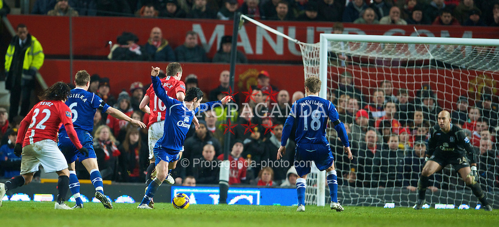 MANCHESTER, ENGLAND - Saturday, January 31, 2009: Everton's Mikel Arteta challenges Manchester United's Michael Carrick and the referee unbelievably awards a penalty during the Premiership match at Old Trafford. (Mandatory credit: David Rawcliffe/Propaganda)
