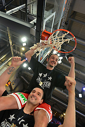 21.06.2015, Brose Arena, Bamberg, GER, Beko Basketball BL, Brose Baskets Bamberg vs FC Bayern Muenchen, Playoffs, Finale, 5. Spiel, im Bild Die Spieler der Brose Baskets Bamberg bejubeln den Gewinn der Deutschen Meisterschaft 2015. Im Bild: Karsten Tadda (Brose Baskets Bamberg), der auf den Schultern von Dalibor Bagaric (Brose Baskets Bamberg) sitzend, das Netz vom Korb schneidet. // during the Beko Basketball Bundes league Playoffs, final round, 5th match between Brose Baskets Bamberg and FC Bayern Muenchen at the Brose Arena in Bamberg, Germany on 2015/06/21. EXPA Pictures &copy; 2015, PhotoCredit: EXPA/ Eibner-Pressefoto/ Merz<br /> <br /> *****ATTENTION - OUT of GER*****