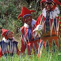 Nina y hombres vestidos de jokili en el bosque, Colonia Tovar, Aragua, Venezuela