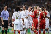 FUSSBALL   CHAMPIONS LEAGUE SAISON 2011/2012  HALBFINALE  RUECKSPIEL      Real Madrid - FC Bayern Muenchen           25.04.2012 Rudelbildung zur Diskussion: Marcelo, Sami Khedira, Pepe (Real Madrid), Arjen Robben (FC Bayern Muenchen), Franck Ribery (FC Bayern Muenchen) und Alvaro Arbeloa (Real Madrid) diskutieren unter der Beobachtung von Schiedsrichter Viktor Kassai (li)