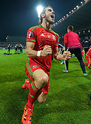 ZENICA, BOSNIA & HERZEGOVINA - Saturday, October 10, 2015: Wales' Gareth Bale celebrates qualifying for the Euro 2016 finals despite a 2-0 defeat to Bosnia and Herzegovina during the UEFA Euro 2016 qualifying match at Stadion Bilino Polje. (Pic by David Rawcliffe/Propaganda)