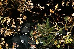 """Traditionell läutet die so genannte """"Landmaschinenschau"""" des Widerstandsnests Metzingen die Proteste gegen die Atommülltransporte ins Wendland ein. Rund 300 Castorgegner protestierten am Abend vor der Abfahrt des Zuges und blockierten rund eine Stunde die B 216 zwischen Lüneburg und Dannenberg. <br /> <br /> Ort: Metzingen<br /> Copyright: Karin Behr<br /> Quelle: PubliXviewinG"""
