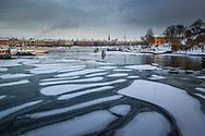 Vy från Skeppsholmsbron mot Strandvägen med isflak och vinter i Stockholm