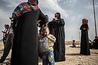 West Mosul residents wait for a bus for a refugee camp near Mosul, Iraq.<br /> <br /> 難民キャンプへと向かうバスを待つモスルの住人たち。2017年5月撮影。