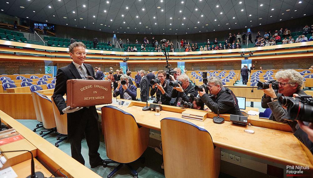 Den Haag, 15 september 2015 - Minister van Financi&euml;n, Jeroen Dijsselbloem biedt de miljoenennota aan in de Tweede Kamer met het koffertje van Lieftink.<br /> Foto: Phil Nijhuis