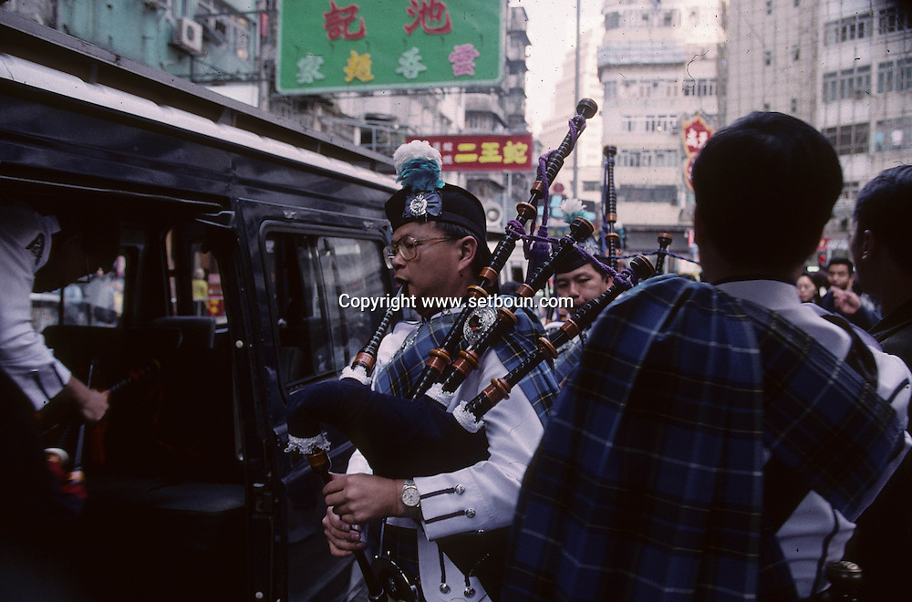 Hong Kong. pipes and drums of the auxiliary police and Scottish dances    / orchestre de cornemuse de la police auxiliaire jouant a  - happy valley  / R00057/297    L3385  /  P0005698