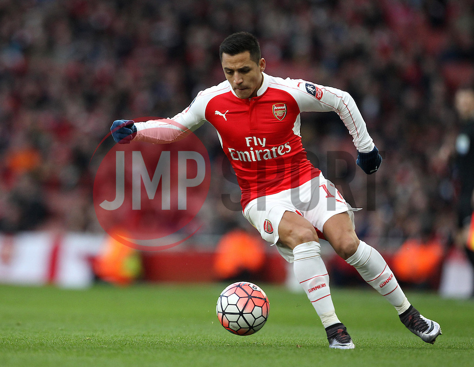Alexis Sanchez of Arsenal controls the ball - Mandatory byline: Robbie Stephenson/JMP - 30/01/2016 - FOOTBALL - Emirates Stadium - London, England - Arsenal v Burnley - FA Cup Forth Round