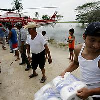 Villa Hermosa, Tabasco.- Habitantes de la comunidad de Acachapan, inundada por el desbordamiento del rio Grijalva, recibe ayuda humanitaria de la Cruz Roja por rescatistas de la Unidad de Apoyo Aereo (relampagos) de la policia estatal. Agencia MVT / Mario Vazquez de la Torre. (DIGITAL)<br /> <br /> <br /> <br /> NO ARCHIVAR - NO ARCHIVE