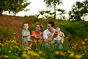 Uberlandia, 09 de agosto de 2010..Retrato de Clesio Gomes da Silva, sua esposa Kelly Mamede e os filhos Caio (2 anos) e Laila (7 meses), no Condominio Morada do Sol, aonde vivem na cidade de Uberlandia...Foto: Bruno Magalhaes / Nitro