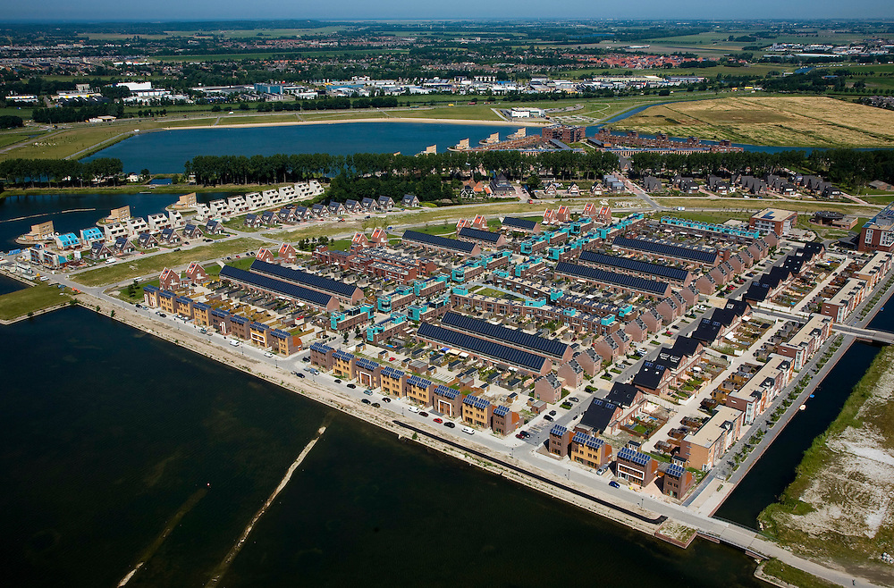 Nederland, Noord-Holland, Heerhugowaard, 14-07-2008; Stad van de Zon (Sun City), nieuwbouwwijk op VINEX lokatie, in de Polder Heerhugowaard tussen de dorpskern en Alkmaar; milieuvriendelijke wijk, energiezuinige huizen die bovendien uitgerust zijn met zonne-energie panelen, zonnepanelen, zonne-energie panelen, zonnepaneel, paneel.Sun City, new housing estate in Northwest of the Netherlands, energy neutral - environmetal friendly houses, equiped with individual solar panels; suncity;  solar energy, solar panel, solar power. .luchtfoto (toeslag); aerial photo (additional fee required); .foto Siebe Swart / photo Siebe Swart
