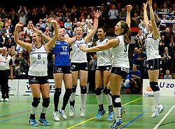 13-04-2013 VOLLEYBAL: SLIEDRECHT SPORT - SV DYNAMO APELDOORN: SLIEDRECHT<br /> Sliedrecht Sport pakt de eerste kans in eigen huis en is opnieuw Nederlands kampioen / Vreugde als ook de derde set wordt gewonnen met Pamela Domselaar, Lidia Bons, Bianca Gommans, Celia Diemkoudre, Sterre van Doorn en Mariska Koster<br /> &copy;2013-FotoHoogendoorn.nl