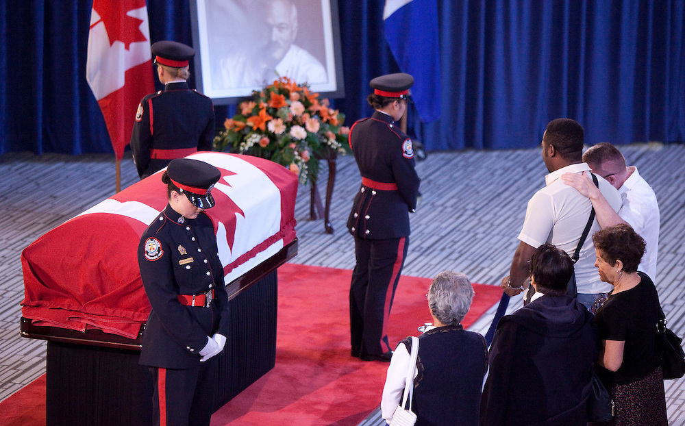 Toronto, Ontario ---11-08-27--- People pay their respects to late NDP leader Jack Layton as he lies in repose at City Hall in Toronto, Ontario, August 27, 2011. The leader of the opposition will be memorialized in a state funeral at Roy Thompson Hall later today.<br /> AFP/GEOFF ROBINS/STR