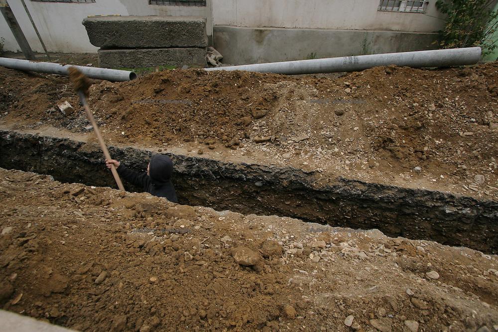 Ein Mann gräbt einen Kabelschacht in Machatschkala, Dagestan.  (A man bury a canal for cables in Makhachkala, Dagestan.