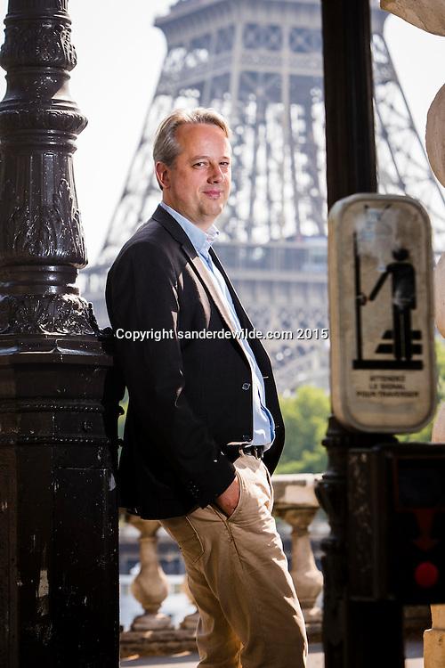 Ron Linker is<br /> Correspondent  voor NOSNews <br /> in  Parijs.Hij poseert voor een portret bij de  Bir Hakeim brug dicht bij de Eiffeltoren, waar hij woont.