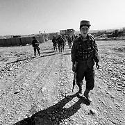 L'esercito Afghano a protezione dell'incontro tra il comandante dell'esercito Italiano e gli elder dei villaggi vicini alla base