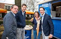 TILBURG - De tweede editie van de ING Private Banking Golfweek vindt plaats van 7 tot en met 9 juli op golfclub Prise d'eau in Tilburg. Een evenement voor jong en oud waarbij kijken, beleven en zelf doen centraal staan en de toegang gratis is. Dit unieke evenement waar topsport en breedtesport samenkomen is op 6 april aangekondigd op golfclub Prise d'eau. Robert-Jan Derksen introduceerde dé golf experience van Nederland. Jeroen Stevens, Emilie Fokker , Daniel FOTO KOEN SUYK